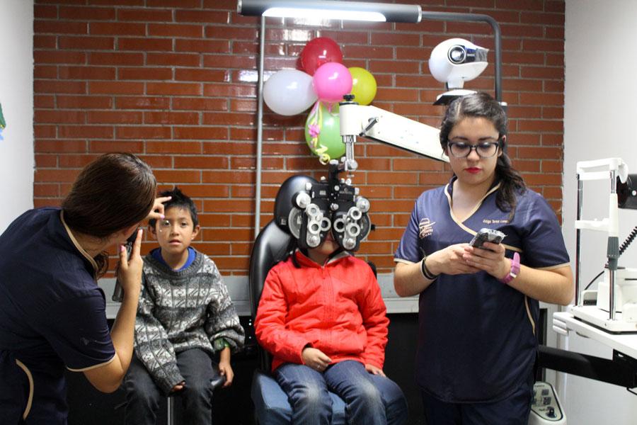 Optometría atiende la salud visual de los infantes del área de Educación Especial