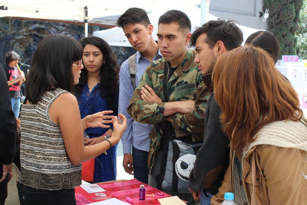 Estudiantes celebran el amor y la amistad con poesía, música y academia